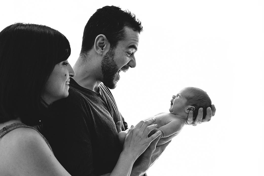 padres y recien nacido