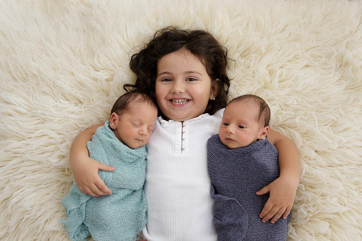 Fotografía de gemelos con hermana
